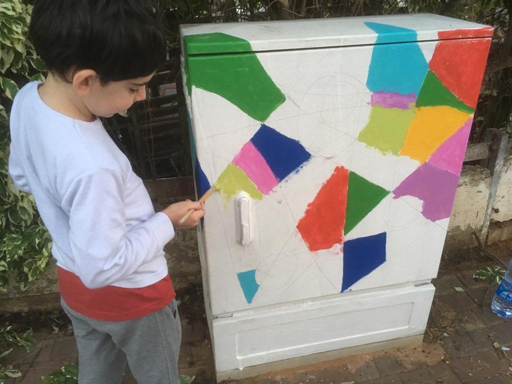 פרויקט של צביעת ארונות החשמל בשכונה