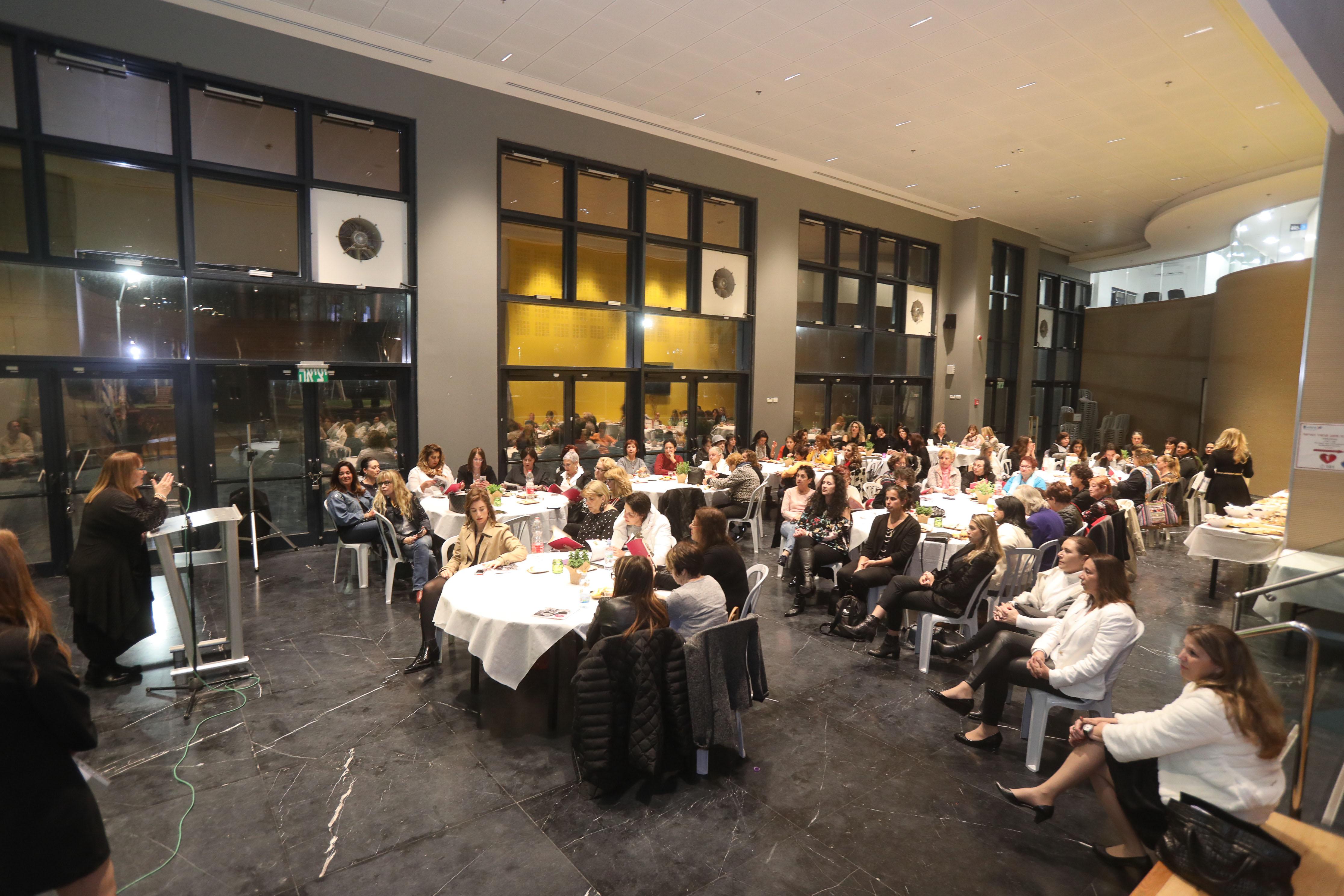 ישיבה ראשונה של מועצת הנשים בהרצליה