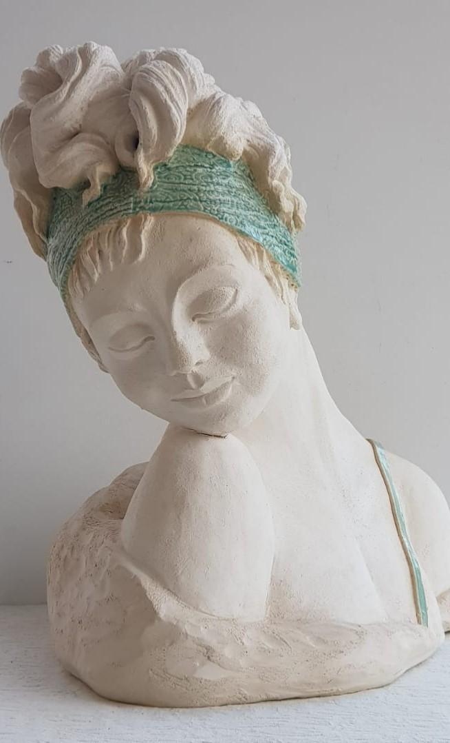 פסלה של האמנית אתי שמיע המוצג בתערוכה