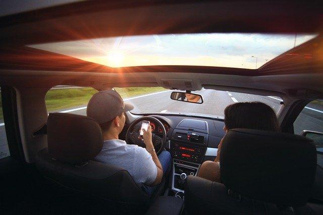 שימוש בטלפון בזמן נהיגה – המידע שחשוב להכיר